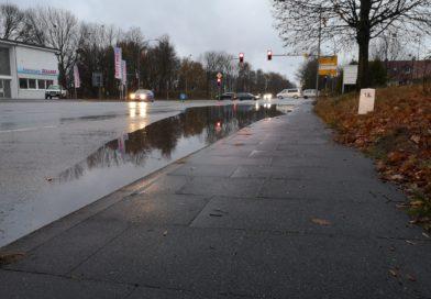 Kreuzung teilweise überschwemmt