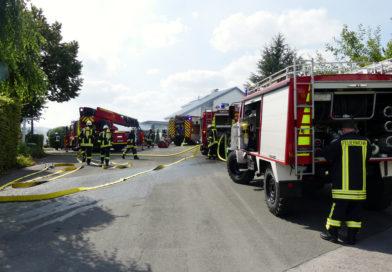 Brand in Carport entwickelt sich zu Großbrand – zwei Verletzte