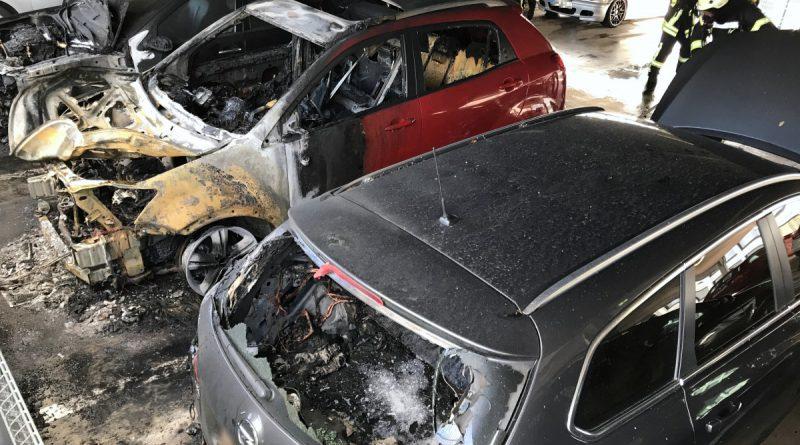 Brennende Fahrzeuge in Parkhaus